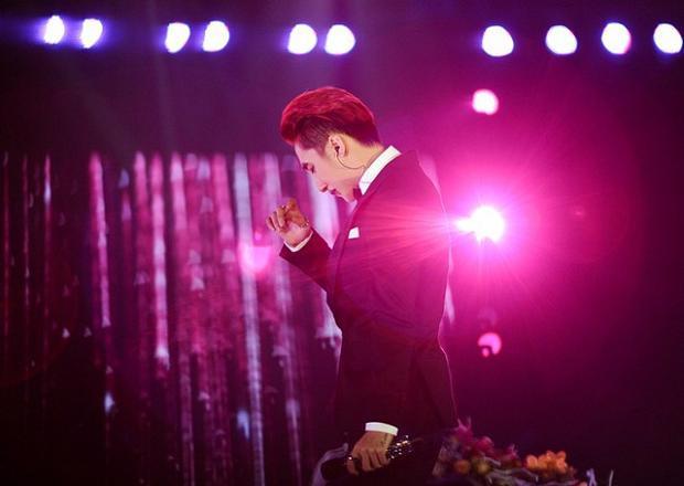 Đôi lúc, nam ca sĩ phải gạt vội nước mắt để giấu đi giây phút yếu lòng của mình.