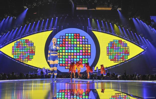 Con mắt chính là một màn hình LED ngoại cỡ với các backdrop video được thay đổi liên tục…