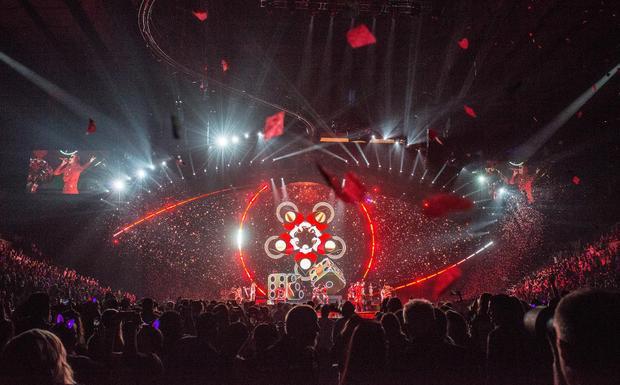 """Nếu tinh mắt ta có thể thấy Katy còn bố trí các """"tiểu hành tinh"""" lơ lửng, tạo nên một sân khấu tổng thể vô cùng vui mắt và nghệ thuật."""