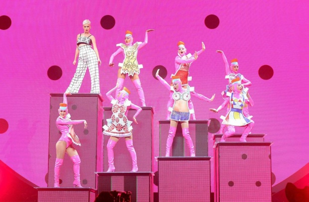 Phong cách màu mè đôi khi loè loẹt này đã được Katy chiêu đãi từ những năm 2010 cơ!