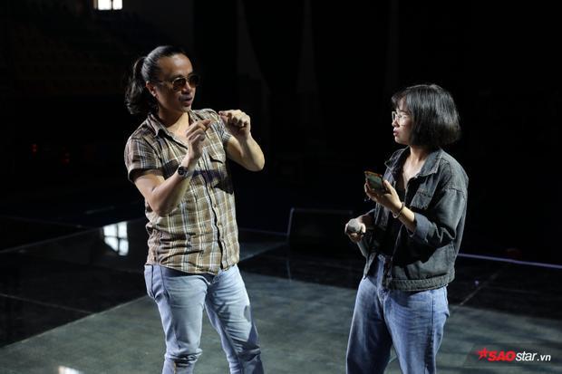 Cô nàng Khánh Ly tiếp tục thể hiện khả năng sáng tác và hát một ca khúc có âm hưởng dân ca quan họ.