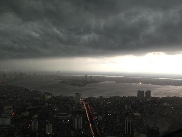 Mây đen bao trùm khắp Hà Nội. Ảnh: Nguyễn Hồng Ngọc.