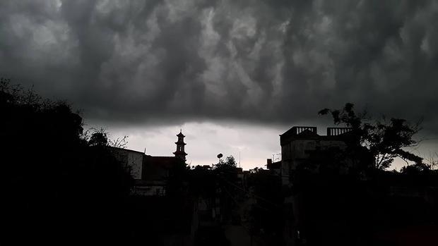 Bầu trời bỗng tối đen kịt. Ảnh: Hiền Quắt.