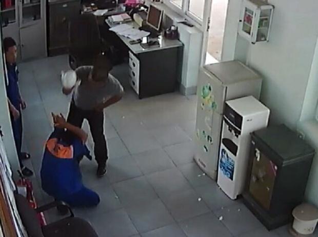 Đối tượng Hưng dùng ấm pha trà đập vào đầu anh Điệp. Ảnh cắt từ camera an ninh của cửa hàng.
