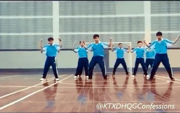 Những động tác đều tăm tắp của nhóm bạn trong bài aerobic