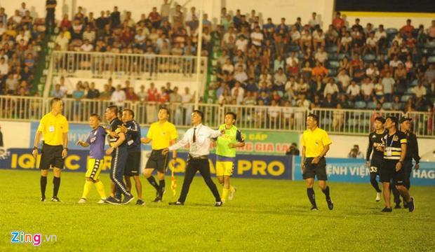 Ban huấn luyện CLB Hà Nội nhảy vào sân phản ứng trọng tài. Ảnh: Zing.vn
