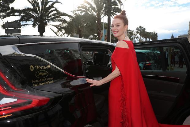 Julianne Moore - một trong những minh tinh đẳng cấp nhất Hollywood chuẩn bị rời khỏi sự kiện bằng chiếc Renault Espace do tài xế riêng đưa đón.