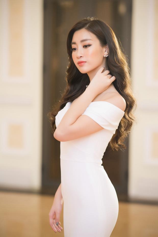 Đỗ Mỹ Linh đẹp xuất thần trong váy dạ hội tông trắng, lên nhận giải Nghệ sĩ Nhân ái