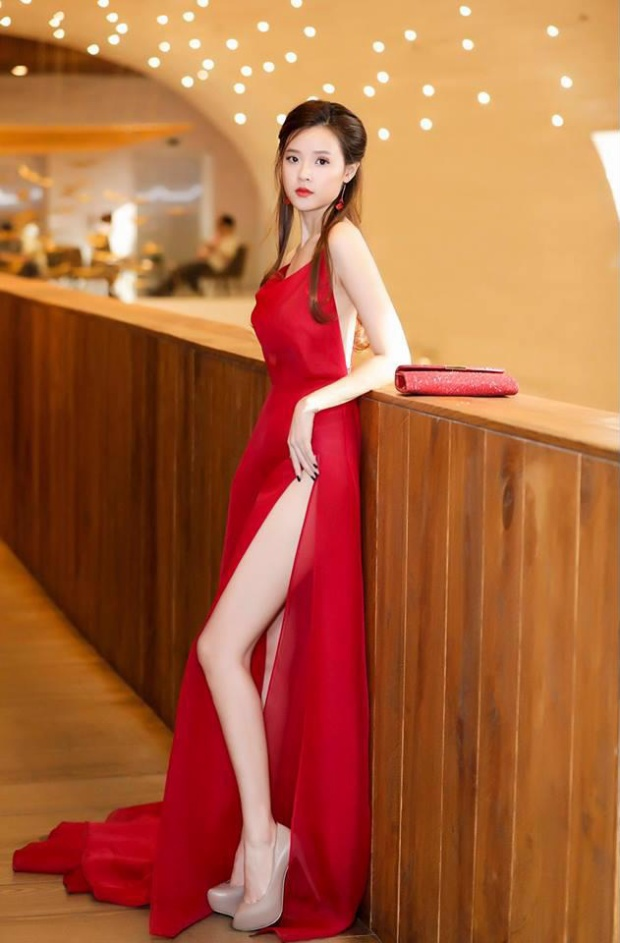 Không dùng trang sức quá đắt tiền, Midu chọn hoa tai dài cùng tông đỏ với chiếc đầm làm điểm nhấn chính.Ngoài ra, ví cầm tay đỏ ánh kim cũng góp phần hoàn thiện trang phục hơn.