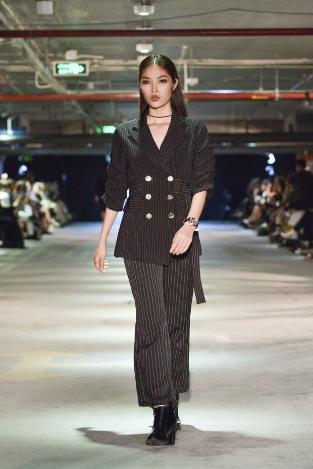 """Phong cách """"Day to Night"""" biến hoá trang phục công sở trở thành dự tiệc dạo tối chỉ đơn giản bằng cách thay đổi trang sức, phụ kiện giày dép, túi xách phù hợp."""