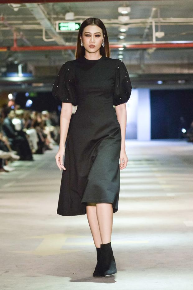Đến các mẫu váy tay phồng, đem lại nét dịu dàng, nhưng sắc đen huyền bí đã tự cộng điểm cá tính, sắc lạnh cho mẫu thiết kế.
