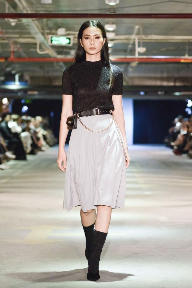 Những món phụ kiện thời thượng như túi mini fanny pack cũng được trưng dụng, đem lại vẻ ngoài mới mẻ cho người mặc.
