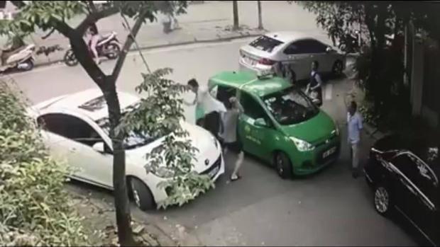 Hình ảnh người đàn ông cầm gạch đập vào đầu tài xế taxi Mai Linh.