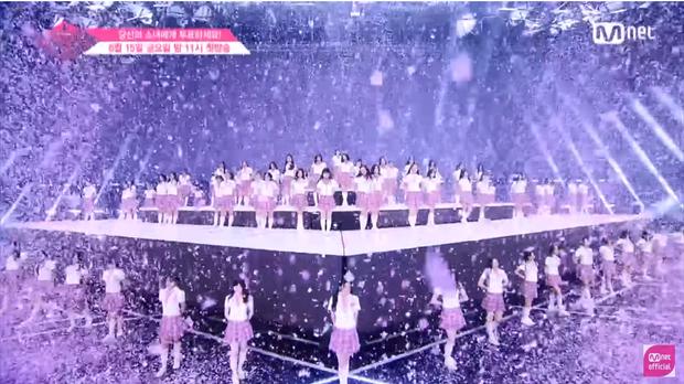 Khi kết thúc, sân khấu được tách thành 3 phần, vị trí cao nhất chỉ có một mình Sakura đứng.