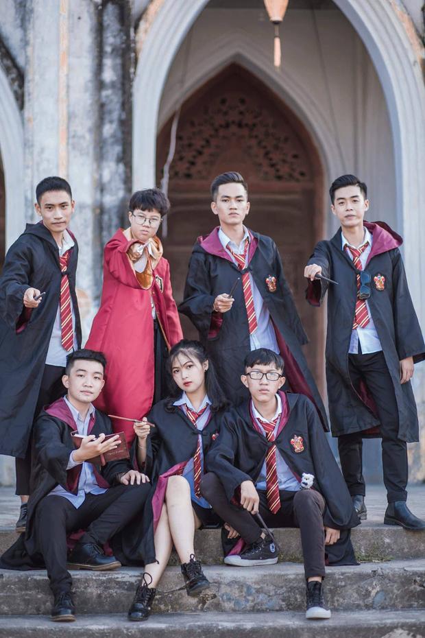 Không cần tốn quá nhiều chi phí, chỉ cần ý tưởng độc đáo và tinh thần đoàn kết, bộ ảnh của teen THPT Hoàng Văn Thụ khiến ai ai cũng phát xuýt xoa.