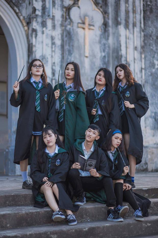 Bộ ảnh kỷ yếu này được đánh giá là đưa được hơi thở của bộ phim kinh điển Harry Potter vào từng tấm ảnh. Dù phần hiệu ứng chưa thật sự thành công nhưng chấm điểm 10 về tính sáng tạo.