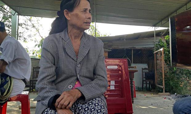 Mẹ nạn nhân nghẹn ngào kể về hoàn cảnh gia đình éo le.
