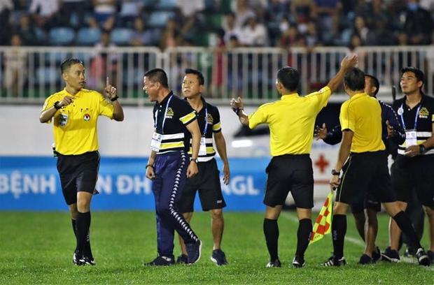 Trọng tài Lân bị phản ứng dữ dội từ phía Ban huấn luyện CLB Hà Nội. Ảnh: Đình Viên