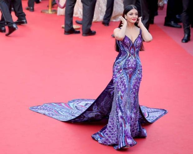 """Với chiếc đầm này, Aishwarya đã """"thu phục"""" mọi ống kính. Nàng đi tới đâu, hàng trăm máy ảnh chĩa theo tới đó."""
