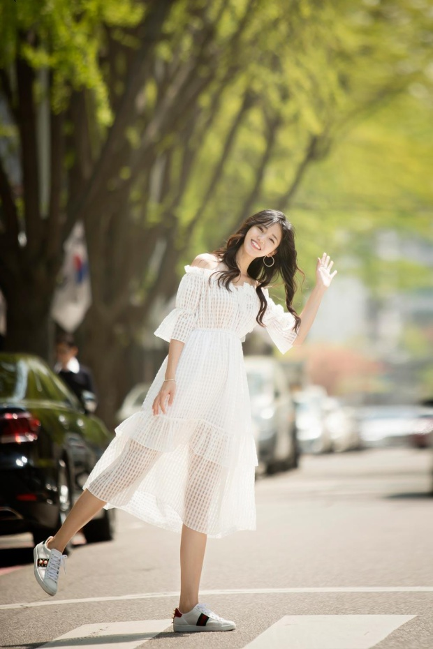 Bộ váy trắng tao nhã, duyên dáng là sự lựa chọn của á hậu Thanh Tú khi xuống phố.