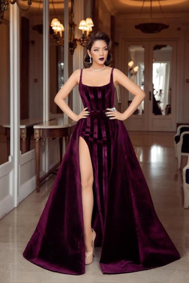 Một bộ cánh khác của Kỳ khiến cô lần nữa lọt top sao đẹp trong tuần. Thiết kế váy xẻ cao táo bạo, khoe trọn đôi chân thẳng tắp đi cùng kiểu tóc bới và màu môi mận tím, còn ai sang trọng, kiêu kỳ hơn nàng!