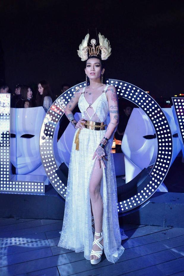 Chiếc váy sexy không xấu, mũ đội đầu đẹp, dây lưng bản to rất mốt nhưng khi mix chung với nhau lại góp phần khiến vẻ ngoài của BB Trần trở nên rườm rà. Hơn nữa, bộ cánh này được nhận xét phù hợp khi xuất hiện tại lễ hội hóa trang, carnival hơn là trong một sự kiện.