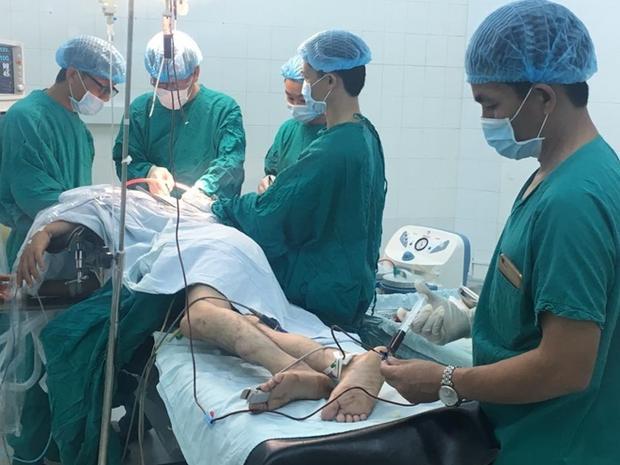 Anh D. được các bác sĩ tiến hành phẫu thuật. Ảnh: Công an nhân dân.