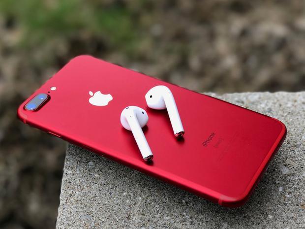 Mặt lưng kính của iPhone 8 và 8 Plus (PRODUCT)RED khiến nó có vẻ bóng bẩy và sang trọng hơn iPhone 7 và 7 Plus đỏ ra mắt hồi năm ngoái.