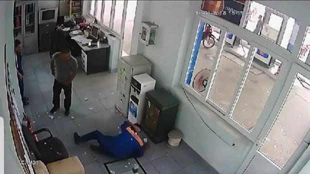 Hưng tấn công nhân viên bán xăng. Ảnh cắt từ clip.
