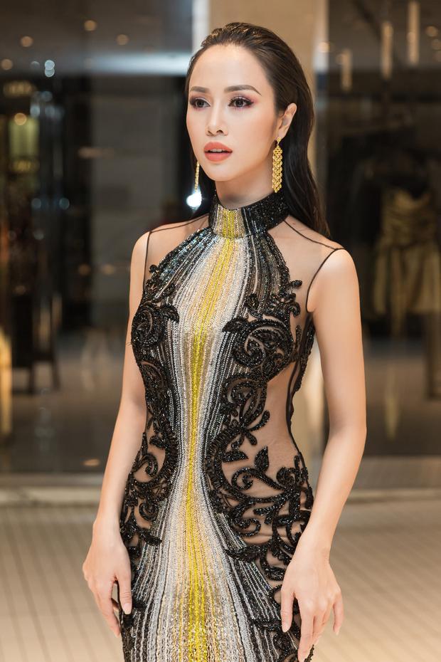 Đôi bông tai VũNgọc Anh đeo thuộc thương hiệu David Moris với giá gần 200,000 bảng Anh tương đương gần 5 tỷ.