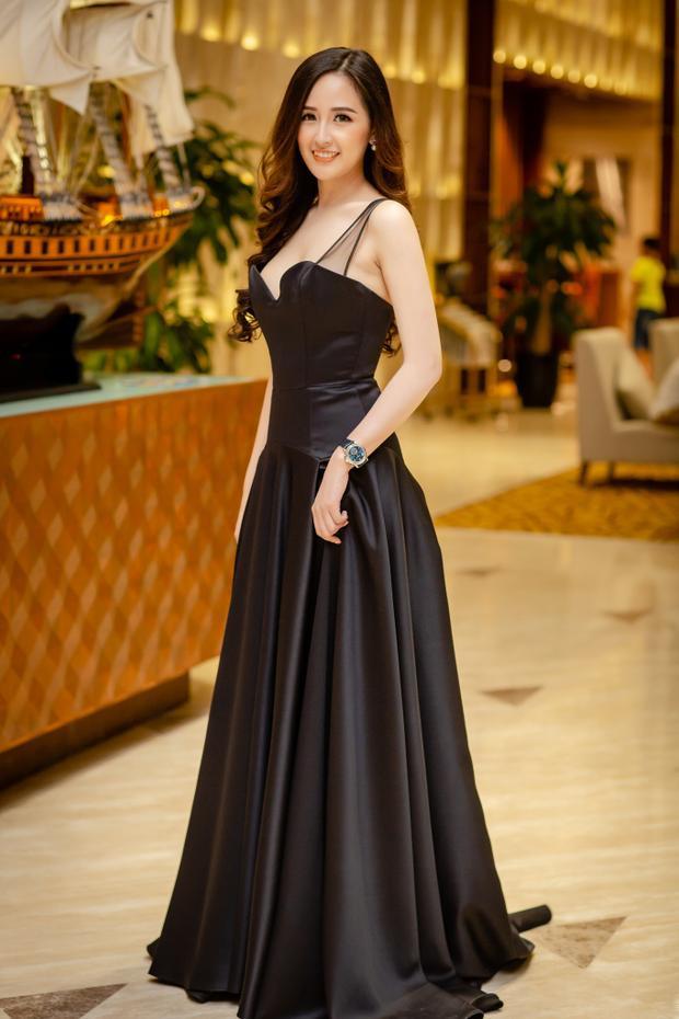 Sau 1 thời gian luyện tập cô giảm thêm 4kg trong chiếc váy của nhà thiết kế Minh Tú thiết kế riêng cho cô mặc trong 1 sự kiện tại Hạ Long sang trọng, đơn giản và tinh tế.