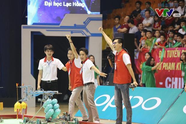 Giây phút vinh quang của đội tuyển đến từ ĐH Lạc Hồng. Ảnh: VTV.