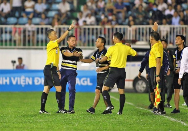 Nỗi buồn của CLB Hà Nội sau những gì không vui diễn ra ở sân Pleiku. Ảnh: Đình Viên