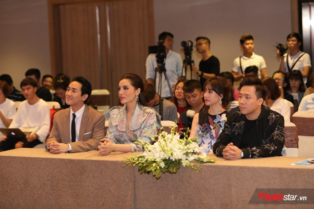 Hai nghệ sĩ Trường Giang, Hương Giang vì bận rộn với lịch trình trước đó nên chỉ có hai gia đình Việt - Hàn, Kỳ - Vĩ góp mặt trong buồi họp báo.