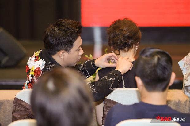 Trấn Thành tận tình chăm sóc cho bà xã Hari Won khiến ai nhìn cũng phải ngưỡng mộ.