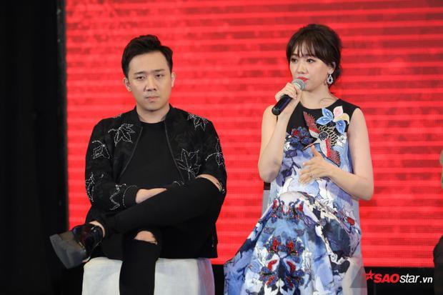 Hari Won chia sẻ cảm giác bị giật điện co thắt do áo bầu tạo nên.