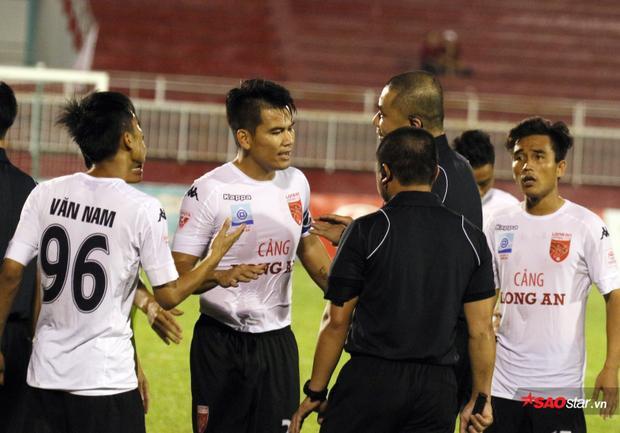 Quang Thanh (ở giữa) bị cấm 2 năm.