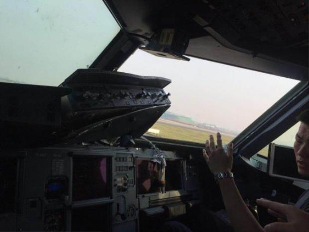 Tình trạng hư hại nhìn từ bên trong buồng lái. Ảnh: Weibo