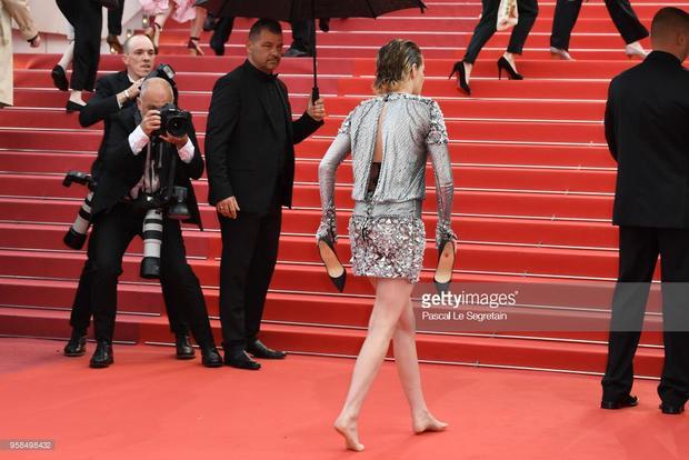 Hành động của Kristen Stewart được cho là phá vỡ quy luật bất thành văn ở Cannes rằng phụ nữ phải đi giày cao gót.