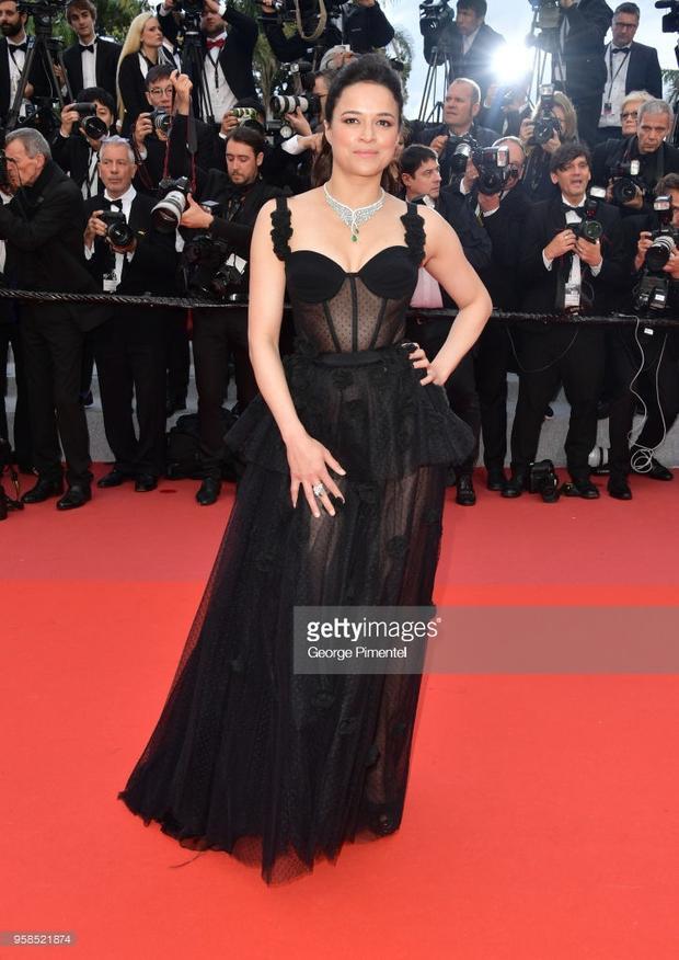 Cannes ngày 7: Người đẹp Fast  Furious khoe ngực, Kristen Stewart đi chân trần phá luật thảm đỏ