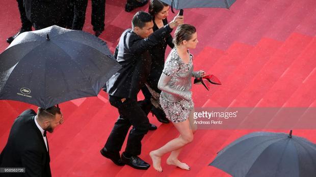 Kristen Stewart cởi bỏ giày cao gót đi chân trần trên thảm đỏ