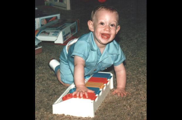 Mark Zuckerberg sinh năm 1984 tại Dobbs Ferry, New York. Anh là con trai một nha sỹ và một bác sỹ tâm thần học.