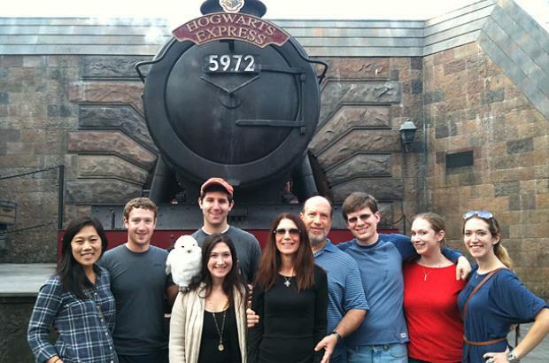 Gia đình Mark Zuckerberg thăm Wizarding World of Harry Potter ở Orlando, Mỹ vào Lễ tạ ơn 2010.