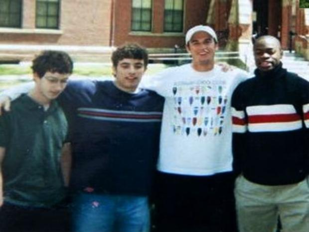 Mark Zuckerberg chụp hình cùng những người bạn trung học của mình.