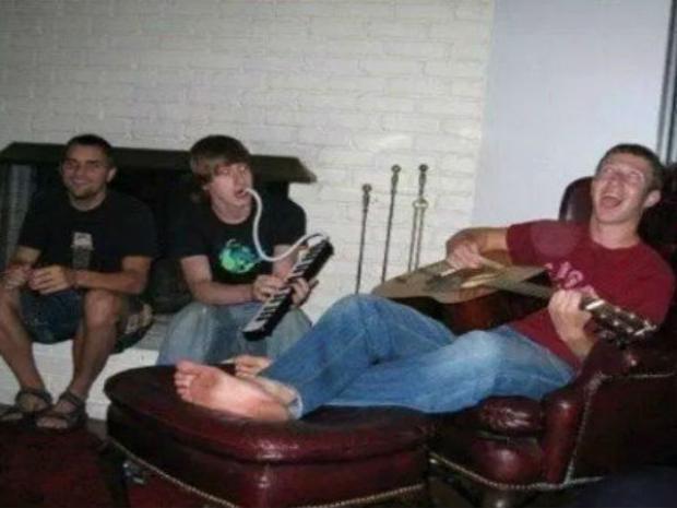 Bạn có tin ông chủ Facebook biết chơi guitar không? Ít nhất theo những gì diễn ra trong hình ảnh này thì câu trả lời là có.