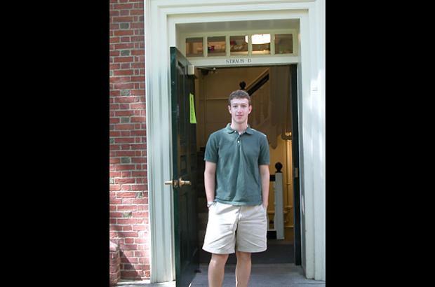 Facebook được thành lập khi Mark Zuckerberg là một sinh viên Đại học Harvard, thời điểm tấm hình này được chụp.