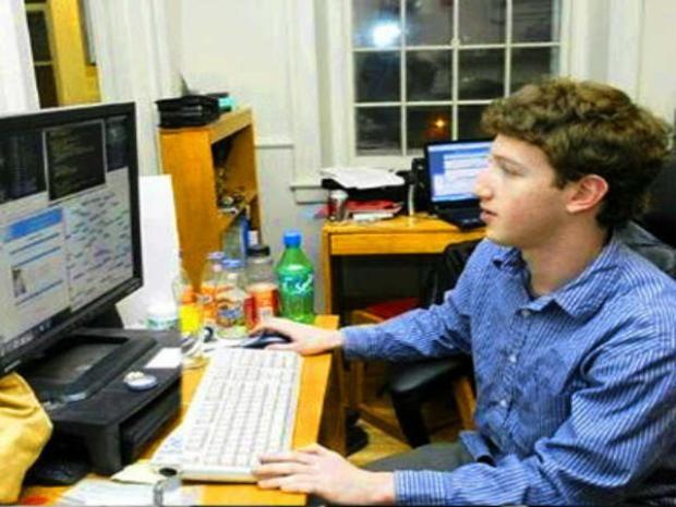 Mark Zuckerberg trong căn phòng kí túc của mình trước khi anh rời khỏi Đại hcoj Harvard để dành toàn tâm toàn ý cho Facebook.