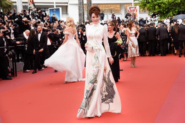 Hàng ngàn viên đá pha lê được sử dụng để bao viền và đính kết tạo nên những giọt sương mai trên cánh sen long lanh, giúp tà áo dài Việt vốn giản dị mà tinh khôi nổi bật giữa rừng váy dạ hội tại Cannes.