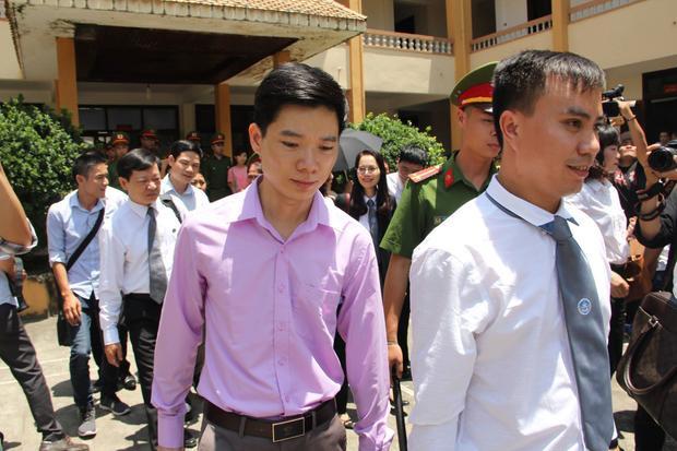 BS Hoàng Công Lương rời tòa trong lúc nghỉ giải lao.