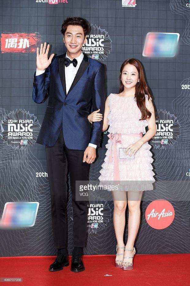 """Mệnh danh là """"hươu cao cổ"""" của làng giải trí nhờ chiều cao 1m94, Lee Kwang Soo không ít lần khiến bạn diễn Park Bo Young đã nấm lùn nay còn thành """"bé hạt tiêu""""."""